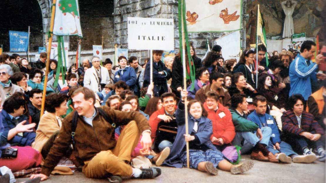 """""""Via Crucis'' tenute per gruppi il Venerdì Santo - Pellegrinaggio Fede e Luce a Lourdes 1991 - Ombre e Luci n.37, 1992"""