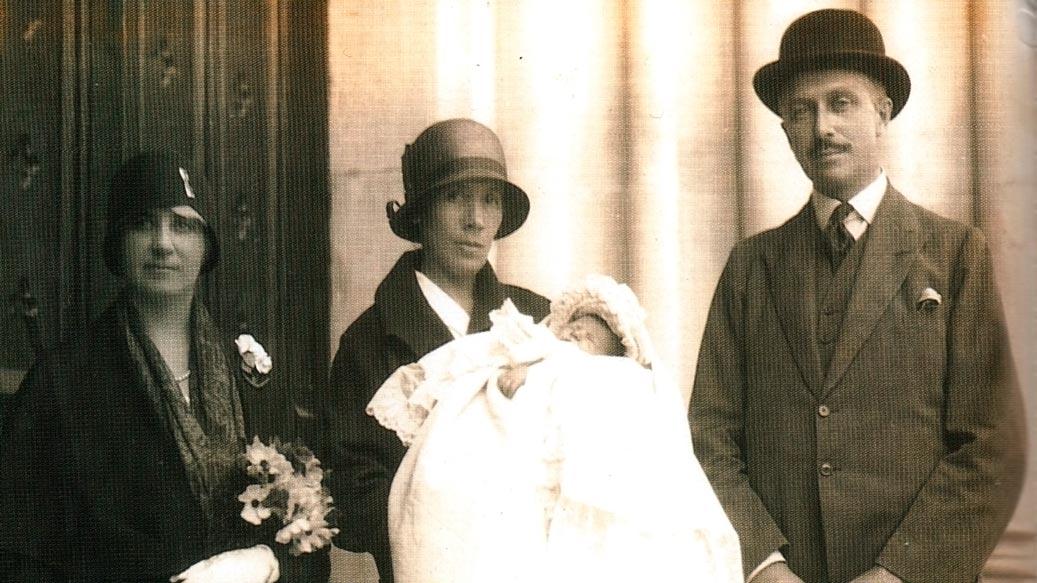 Jean Vanier con i genitori, durante il battesimo. (1928)