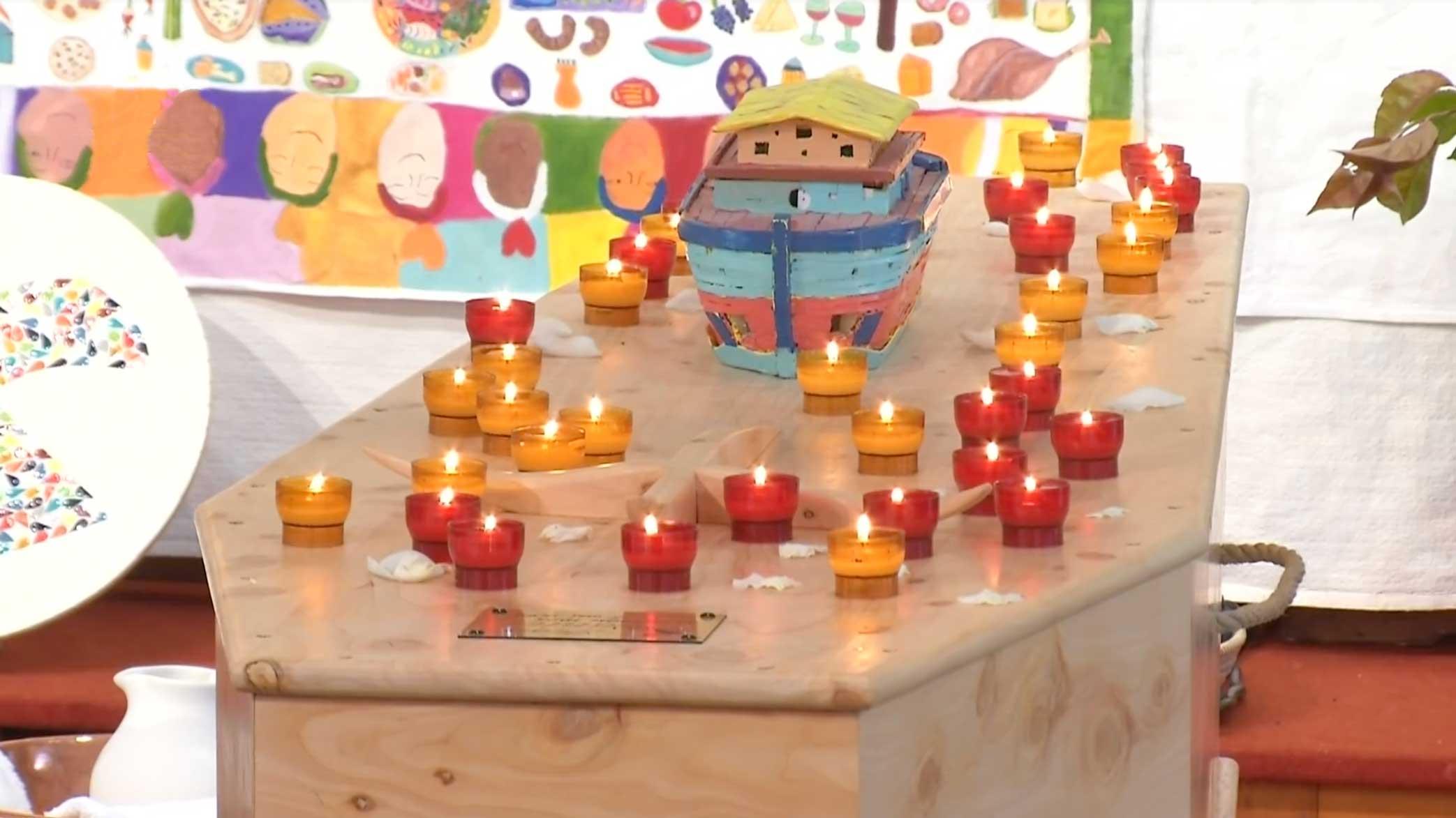 Feretro di Jean Vanier con le candele