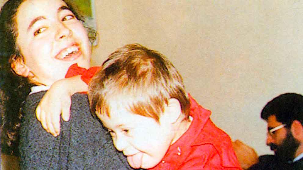 """SILVIA, quando, con Rita, nei primi tempi del suo soggiorno, imparava a """"socializzare"""" - Ombre e Luci n. 64 - 1998 - Foto Guenda"""