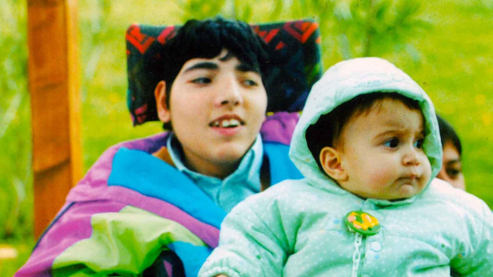 ARMANDO sa conquistare gli altri con il suo sorriso. Giulia, la figlia di un assistente, sta bene con lui. - Ombre e Luci n. 64 - 1998 - Foto Guenda