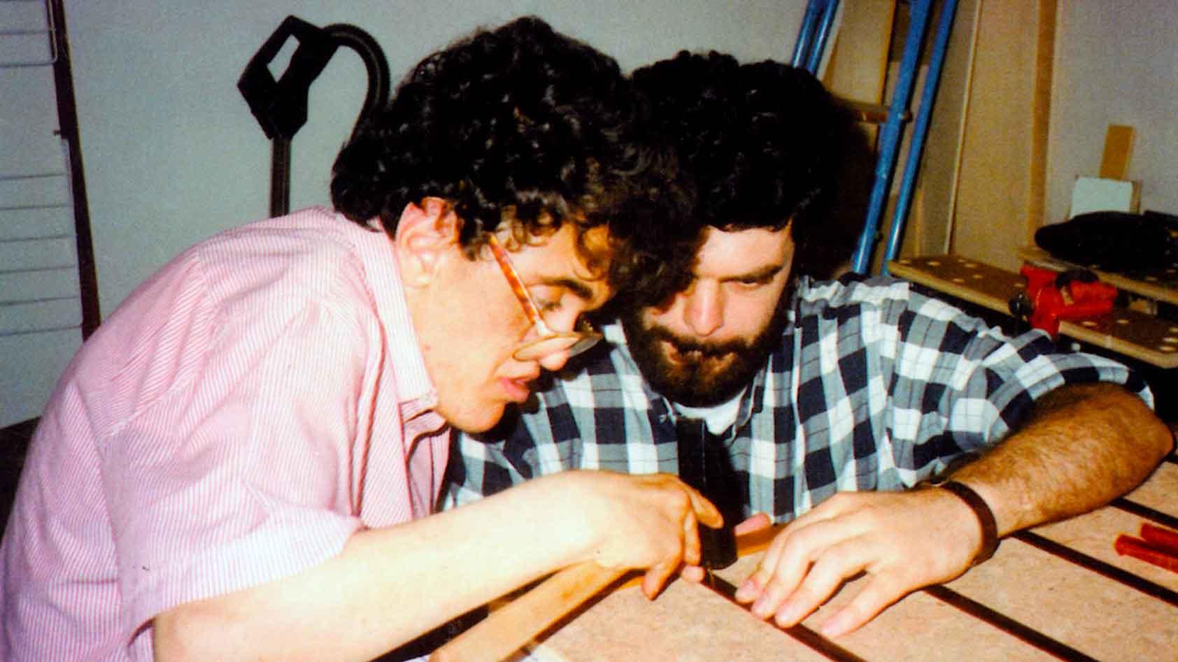 FABIO, nel laboratorio del Chicco, lavora il legno con il suo maestro, Giorgio - Ombre e Luci n. 64 - 1998