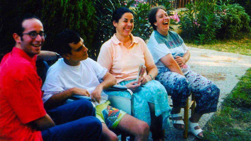 LUCA vicino a Malik (Algeria), Marilena e Bénédicte (Francia) esprimono la serenità e la gioia di vivere al Chicco - Ombre e Luci n. 64 - 1998