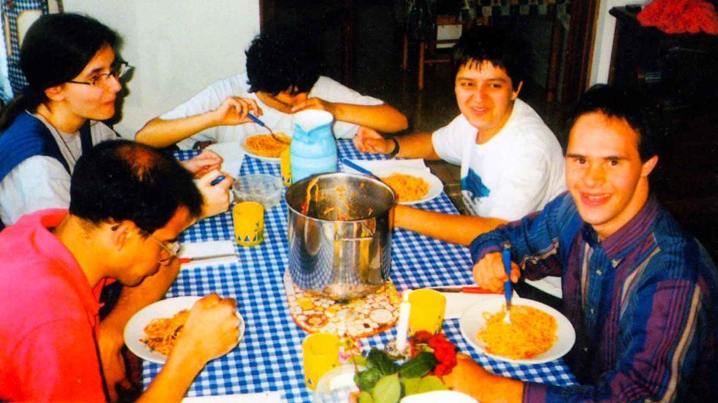 MARILENA, partecipa con entusiasmo alle feste e ai giochi comuni; si rende utile svolgendo piccoli lavori di casa - Ombre e Luci n. 64 - 1998