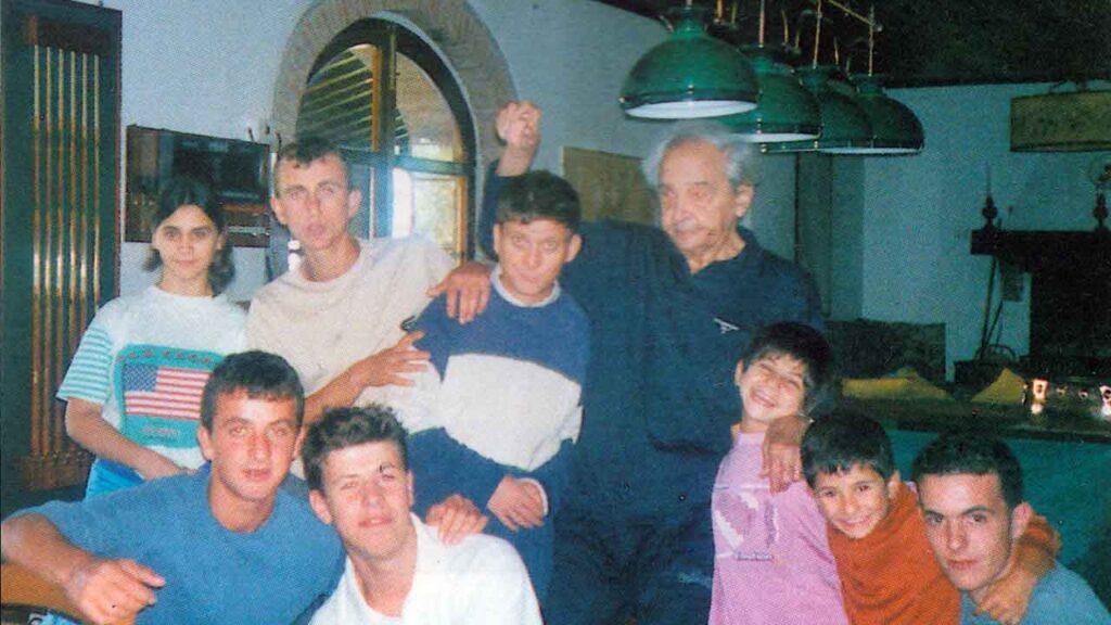 Fabrizio Mori con un gruppo di «Figli» - Ombre e Luci n.76 - 2001