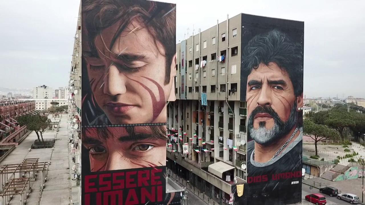 Il murale di Niccolò accanto a Maradona