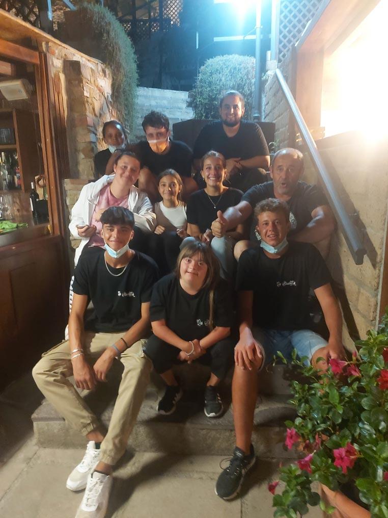 Benedetta con i camerieri di una pizzeria di Castoglione della Pescaia