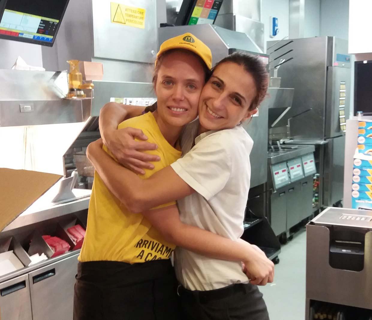 Silvia e Debora, direttrice del ristorante in una foto scattata prima della pandemia